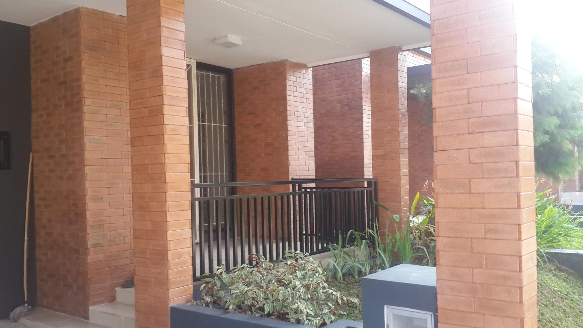 pemasangan batu alam pada waktu renovasi carport rumah di bintaro